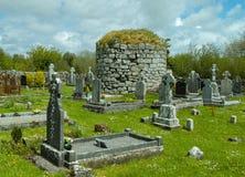 有岩石塔埋葬土墩的爱尔兰公墓 免版税库存照片