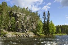 有岩石岸的狂放的河 免版税库存照片