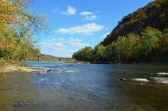 有岩石的一条河在上面 免版税库存图片