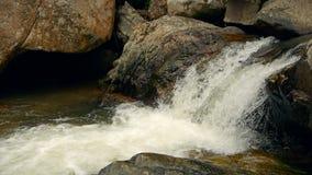 有岩石的不可思议的河 与急流的快速的岩石清楚的水晶小河 与小瀑布的蒸汽 飞溅落的水 影视素材