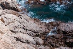 有岩石的夏天蓝色海 库存图片