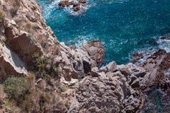 有岩石的夏天蓝色海 免版税库存照片