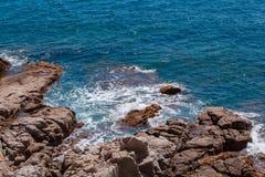 有岩石的夏天蓝色海 免版税库存图片