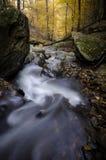 有岩石的山河在秋天 免版税库存图片