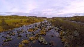 有岩石的河在秋天 库存照片