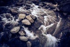 有岩石的河在行动迷离,与五谷的葡萄酒神色 库存图片
