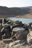 有岩石的湖 库存照片