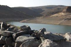 有岩石的湖 库存图片