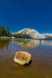 有岩石的Tenya湖在优胜美地 库存图片