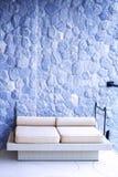 有岩石纹理的室外舒适沙发家具 免版税库存图片