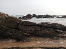 有岩石美丽的海滩的海海洋 库存照片