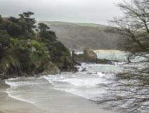 有峭壁、城堡废墟和海波浪的英国海岸线 库存图片
