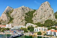 有峭壁和采廷娜河的流动的亚得里亚海Omis全景 库存照片