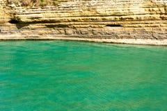 有峭壁的绿松石海 图库摄影