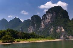 有巡航在有高石灰石的李河的游人的客船在背景中锐化在阳朔附近在中国 免版税库存照片