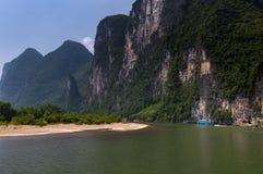 有巡航在有高石灰石的李河的游人的客船在背景中锐化在阳朔附近在中国 库存照片