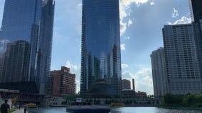 有巡航沿着riverwalk的步行者的水出租汽车&游览小船的繁忙和被充塞的芝加哥河 股票录像