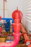有工业修造的尘土肮脏的里面的管道系统老大配管红色 库存照片