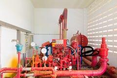 有工业修造的尘土肮脏的里面的管道系统老大配管红色 免版税库存图片