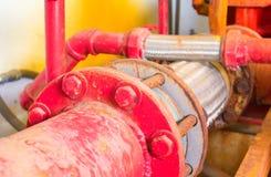 有工业修造的尘土肮脏的里面的联合管道系统老大配管红色 图库摄影