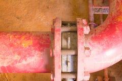 有工业修造的尘土肮脏的里面的联合管道系统老大配管红色 免版税图库摄影
