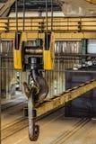 有工业吊车线性横断的钢勾子  免版税库存照片