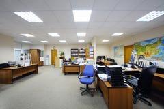 有工作书桌、计算机和地图的轻的办公室。 免版税库存图片