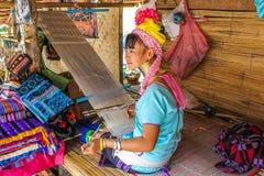 有工作在织布机的长的脖子或长颈鹿妇女的妇女 免版税库存图片