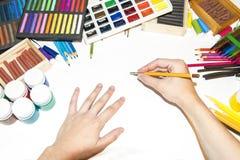 有工作工作场所铅笔开始的艺术家` s手运转 库存图片