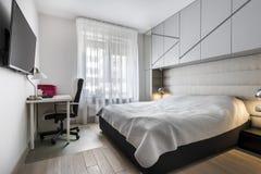 有工作空间的现代卧室 库存图片