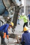 有工作者队的水泥卡车 免版税图库摄影