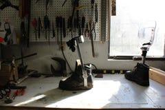 有工具、脚和鞋子弭补科的工作凳 库存照片