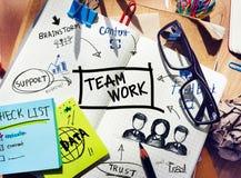 有工具和一个笔记本的书桌有关于配合的想法 库存图片