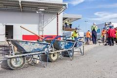 有工具的三辆独轮车为清洗排队 库存图片