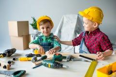 有工具的小男孩 免版税图库摄影
