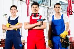 有工具的工作者在亚洲工业工厂 免版税图库摄影