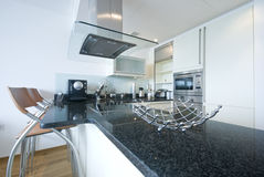 有工具的当代充分地适合的厨房 免版税库存照片