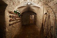 有工具的老,黑暗的地下室走廊 免版税库存照片