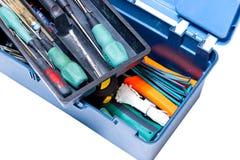有工具螺丝刀的蓝色框,锤子,钻子,在白色背景的卷尺 查出 库存图片