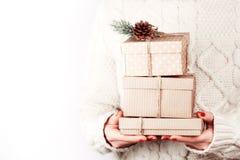 有工艺礼物盒的手 免版税库存照片