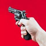 有左轮手枪的手 免版税库存照片