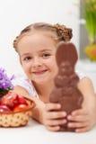 有巧克力兔宝宝的愉快的复活节女孩 免版税库存图片