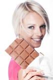 有巧克力平板的美丽的妇女  库存图片