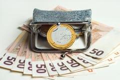 有巧克力欧元的发光的妇女` s硬币钱包铸造 免版税库存照片