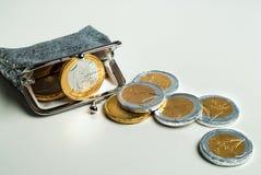 有巧克力欧元的发光的妇女` s硬币钱包铸造 库存照片