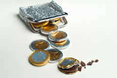 有巧克力欧元的发光的妇女` s硬币钱包铸造 免版税图库摄影