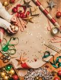 有巧克力热饮的妇女手在杯子和圣诞装饰 免版税库存照片