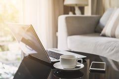 有巧妙的电话和咖啡的便携式计算机 免版税库存图片