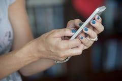 有巧妙的电话的妇女手 免版税图库摄影
