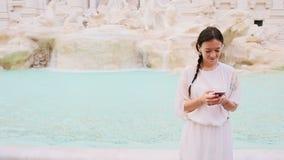 有巧妙的电话的少妇在著名Fontana di Trevi附近 股票录像